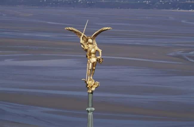 Saint-Michel Michel, avec ses anges, dut combattre le Dragon.